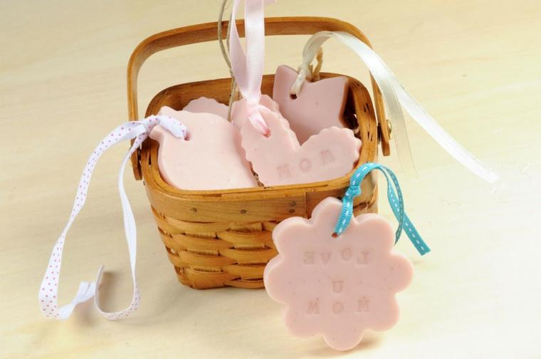 regali fai da te, delle graziose saponette a forma di cuore. stelle e fiori con scritte da personalizzare
