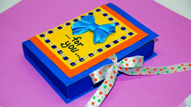 regali fai da te, una scatola di carta con applicazioni e decorazioni tutte da personalizzare