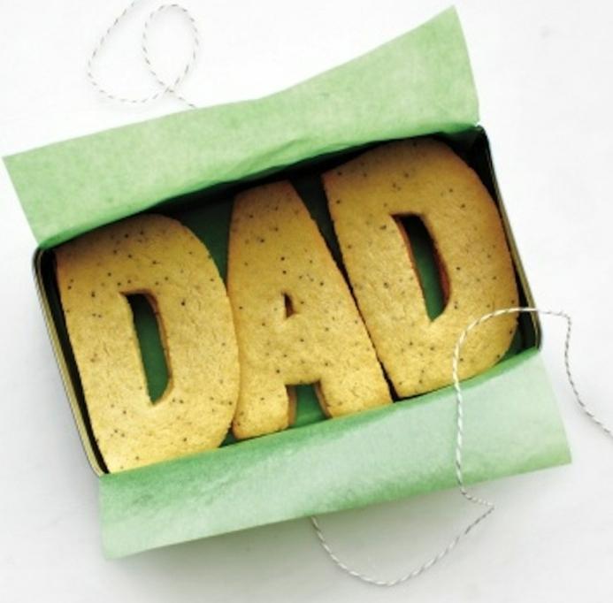 idee-regalo-festa-del-papà-biscotti-scritta-Dad-scatola-cartone-fai-da-te-nastro-idea-diy-facile-veloce
