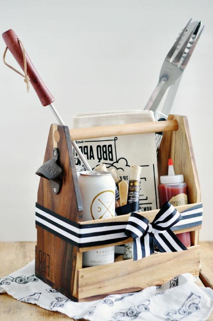 idee-regalo-festa-del-papà-kit-fare-barbecue-griglia-attrezzi-carne-accessori-nastro-fiocco-bianco-nero