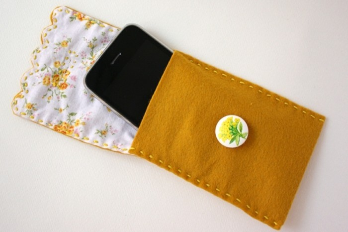 idee-regalo-migliore-amica-accessori-cellulare-realizzato-a-mano-feltro-bottone-fiore-chiusura