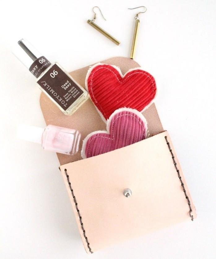 idee-regalo-migliore-amica-piccola-pochette-in-cuoio-contenere-oggetti-personali
