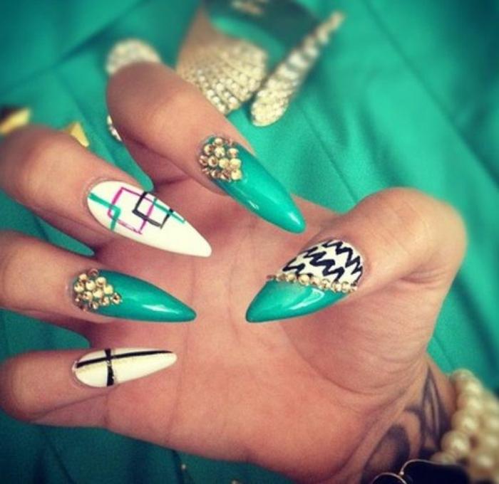 idee-unghie-decorate-colori-diversi-bianco-verde-smeraldo-quadrati-brillantini-braccialetto-perle