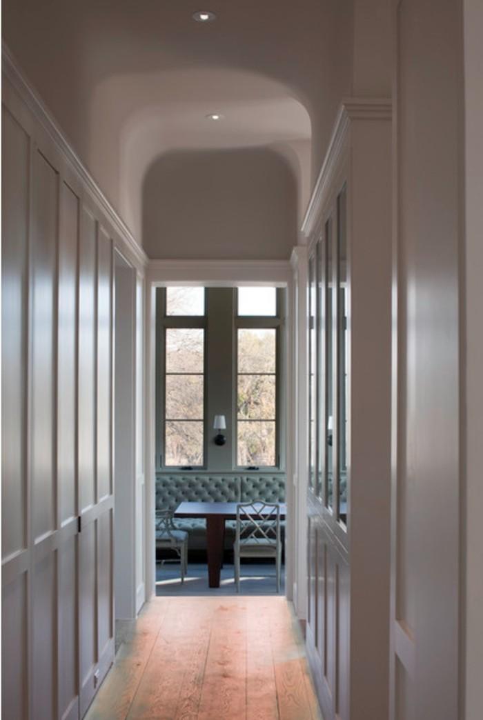 illuminazione-corridoio-armadio-muro-legno-bianco-soffitto-alto-luci-faretti-led-pavimentazione-legno