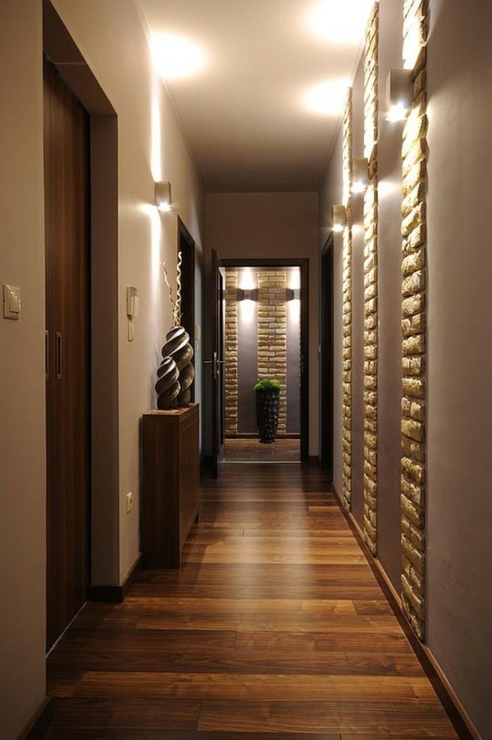 illuminazione-corridoio-pavimento-legno-pareti-pannelli-decorativi-mobiletto-decorazioni