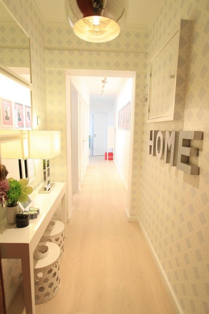 illuminazione-corridoio-pavimento-parquet-chiaro-decorazione-pareti-scritte-specchio-tavolo-stretto