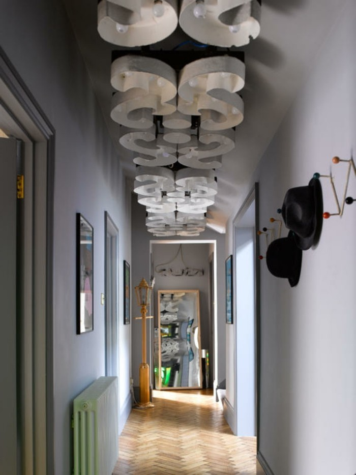 illuminazione-corridoio-sistema-luci-lampadario-design-plafoniera-pareti-decorate-soffitto-pavimento-legno
