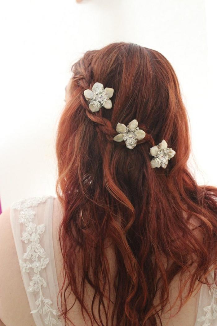 immagine-acconciatura-romantica-stile-medievale-capelli-castano-ramati-decorati-fiori
