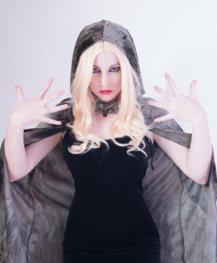 immagine-ragazza-bionda-capelli-lunghi-onde-lunghezze-abito-velluto-nero-mantello