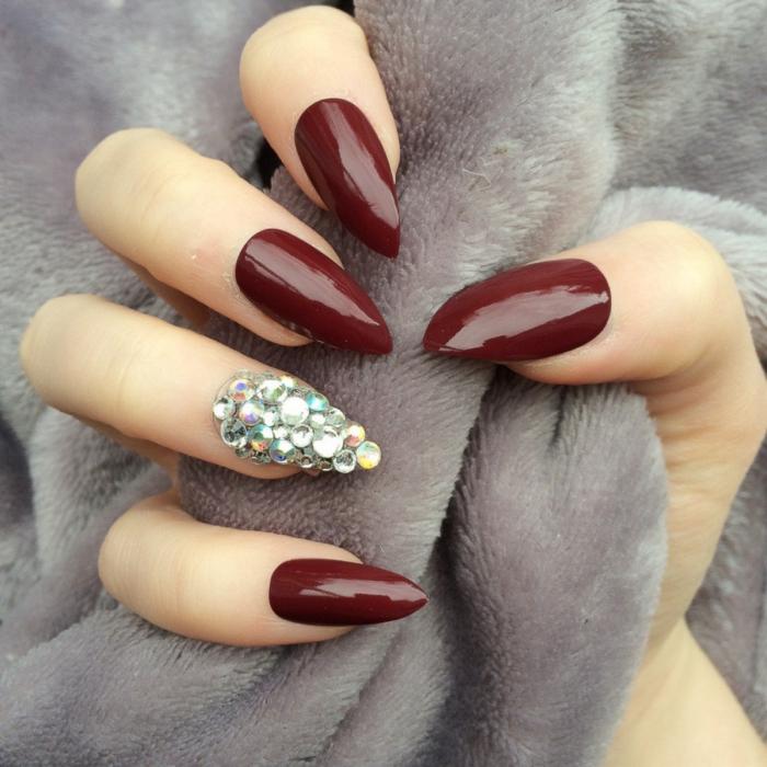 immagini-di-unghie-decorate-colore-bordeaux-accent-nail-brillantini-idea-decorazione-forma-unghie-stiletto