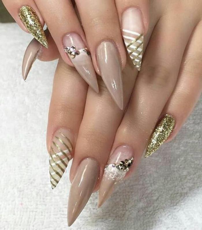 immagini-di-unghie-decorate-forma-punta-artiglio-tonalità-colore-chiare-decorazioni-color-oro
