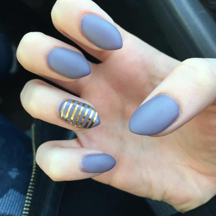 immagini-di-unghie-decorate-smalto-opaco-top-coat-colore-viola-accent-nail-strisce-color-oro