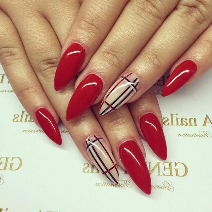 immagini-unghie-decorate-smalto-rosso-anulare-decorato-design-Burberry