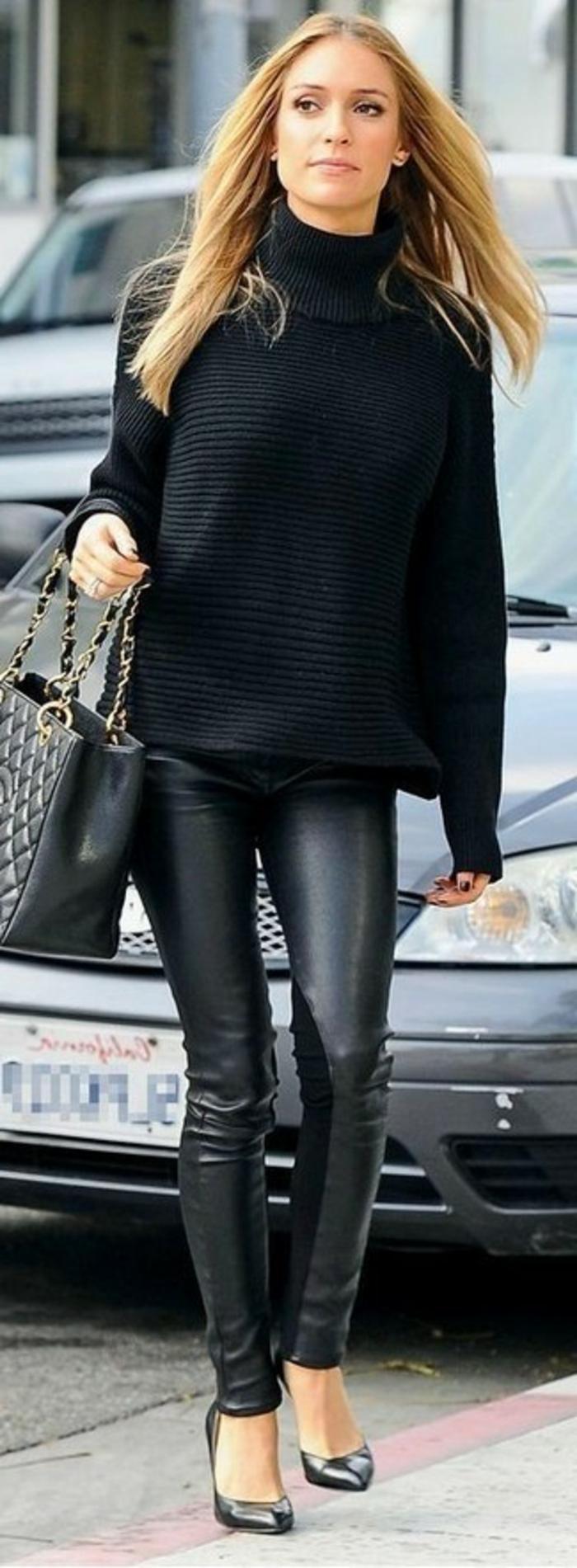 jessica-alba-outfit-pantalone-stretto-pelle-scarpe-decoltè-maglione-nero-large-capelli-negligè-borsa-manico-catena