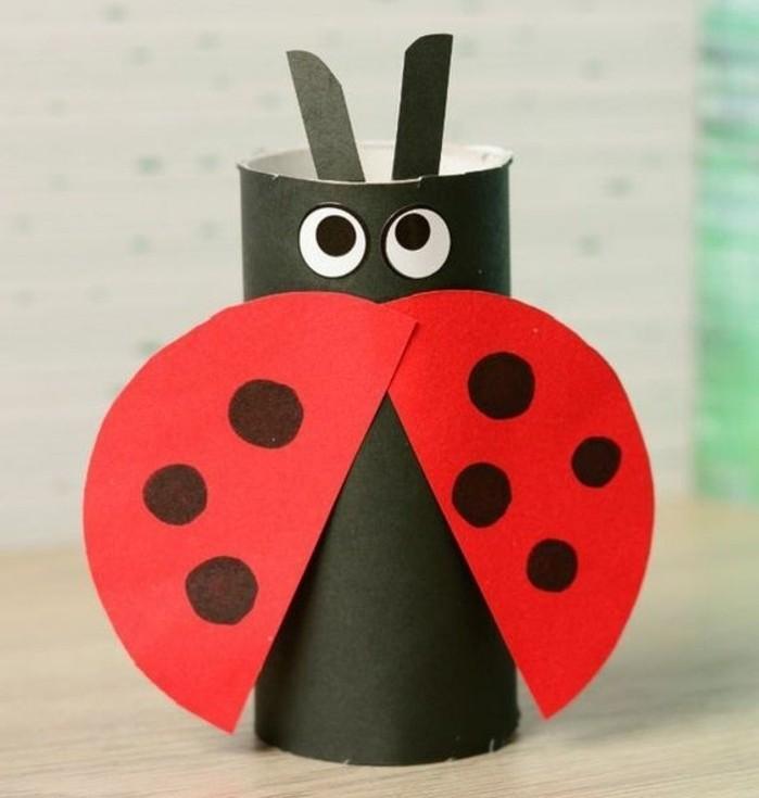 lavoretti-bambini-coccinella-realizzata-rotolo-carta-igienica-dipinto-nero-ali-cartoncini-colorati-rossi-neri-occhi-antenne