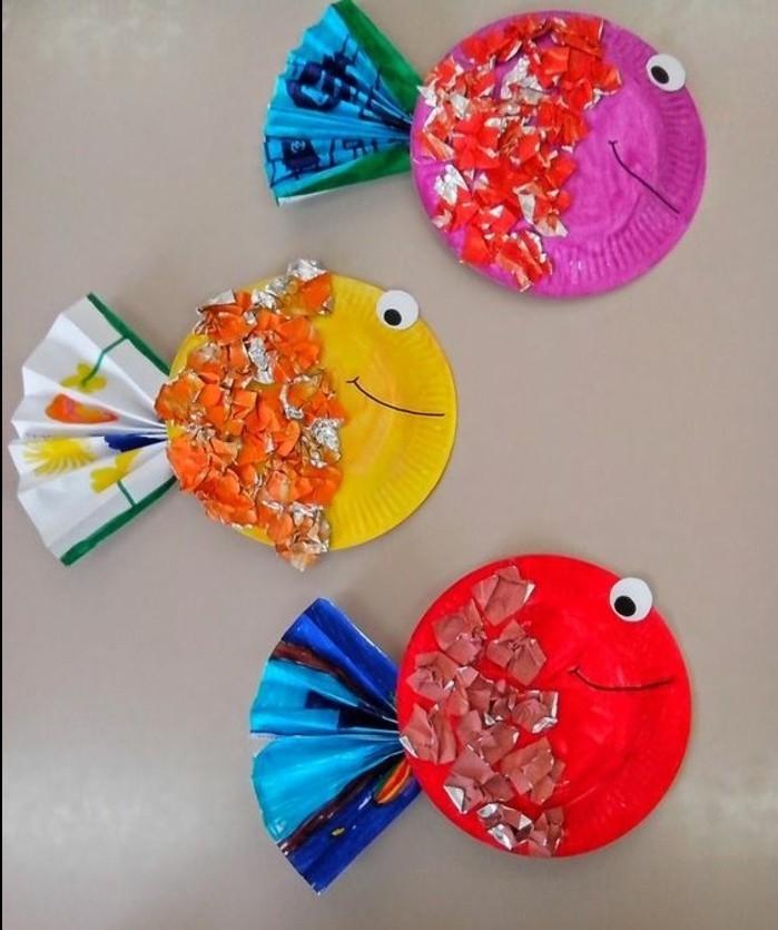 lavoretti-bambini-pesci-colorati-realizzati-piatti-plastica-coda-ventaglio-carta-occhi-mobili