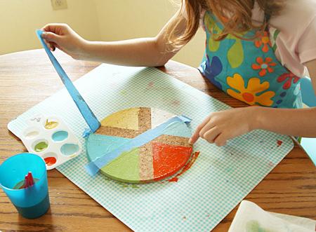 lavoretti-creativi-bambini-cerchio-sughero-colorato-forme-geometriche-togliere-nastro-adesivo-fai-da-te-bambini