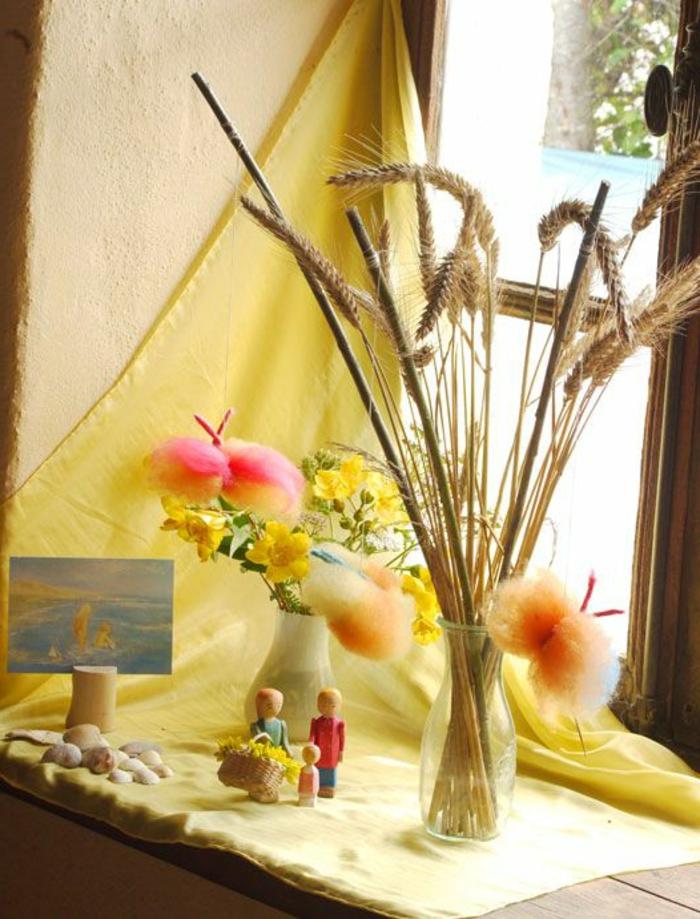lavoretti-creativi-decorare-davanzale-finestre-vasi-fiori-figurine-legno-cartolina-tenda-colore-giallo-stile-country