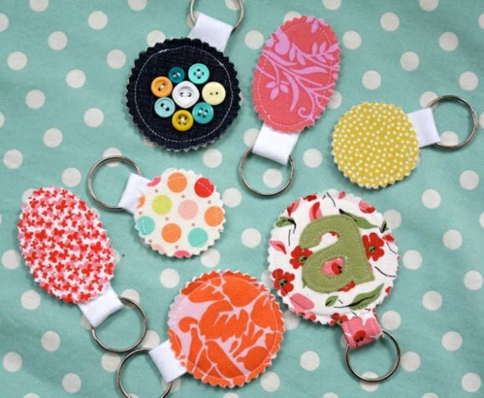 lavoretti-creativi-fai-da-te-a-casa-portachiavi-stoffa-colorata-decorazione-piccoli-bottoni-vario-colore