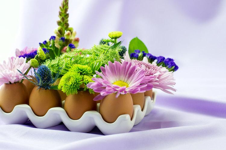 lavoretti-creativi-fai-da-te-uova-guscio-trasformato-vaso-fiori-idea-decorazione-pasqua-primavera