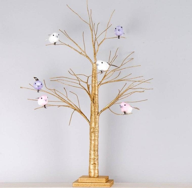 Addobbare l'albero di Natale in modo originale con uccellini, idea alternativa color oro