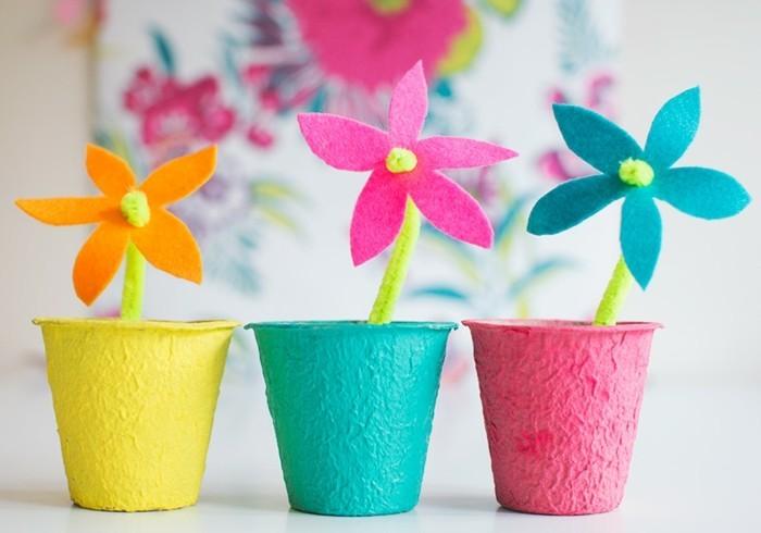 lavoretti-creativi-per-bambini-tre-vasetti-realizzati-carta-pesta-colorati-interno-fiori-arancione-rosa-blu