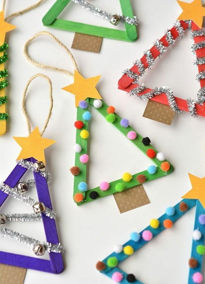 lavoretti-da-fare-con-i-bambini-alberi-natale-realizzati-bastoncini-legno-dipinti-palline-filo-argentato-stelle-decorazioni