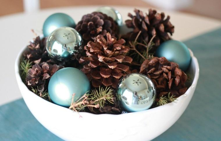 Centrotavola natalizi, ciotola di porcellana di colore bianco con pigne e palline natalizie