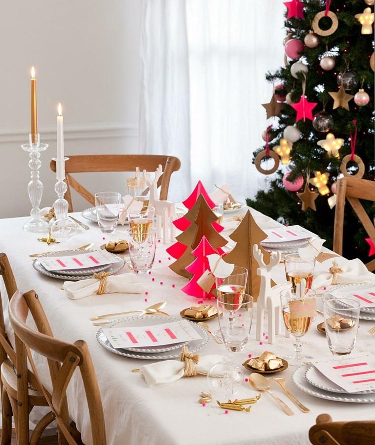 Tavola di Natale, centrotavola fai da te con alberelli di Natale in cartone color oro e fucsia