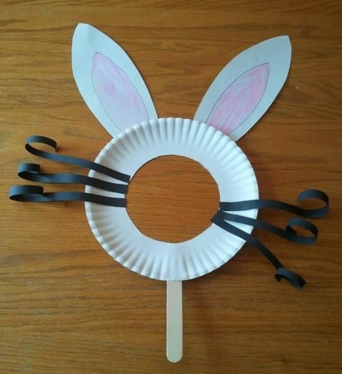 lavoretti-facili-per-bambini-maschera-coniglio-piatto-carta-grandi-orecchie-baffi-neri-bastoncino-legno