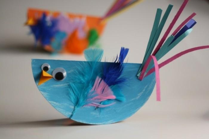 lavoretti-manuali-per-bambini-pulcino-blu-con occhi-mobili-piume-colorate-coda-strisce-carta-incollate