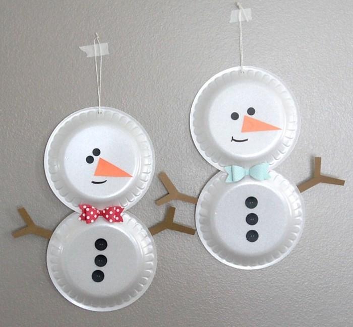 lavoretti-manuali-per-bambini-pupazzi-neve-realizzati-piatti-plasttica-naso-arancione-bottoni-neri