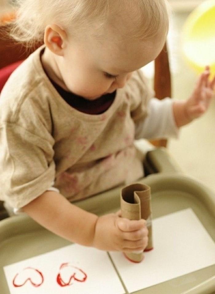 lavoretti-per-bambini-stampini-realizzati-rotolo-carta-igienica-forma-cuore-tempera-rossa