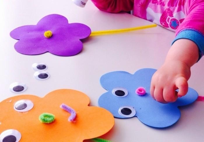 lavoretti-semplici-per-bambini-grandi-fiori-multicolore-occhi-tratti-viso-applicati-bimbi-stessi