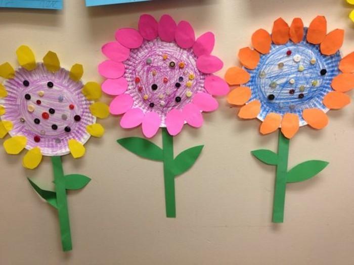 lavoretto-per-bambini-fiori-realizzati-pirottini-colorati-decorazioni-petali-bordi-gambo-foglie-verdi