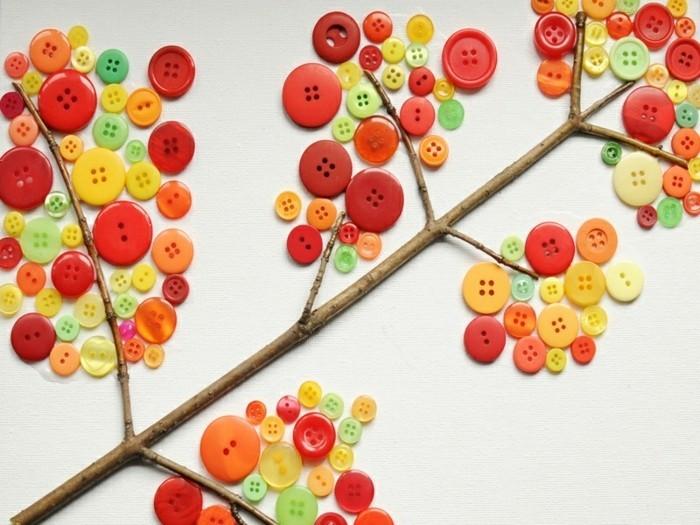 lavoretto-per-bambini-ramo-albero-incollato-foglio-decorato-bottoni-multicolore