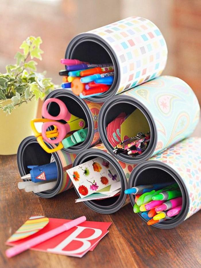 lavori-creativi-fai-da-te-lattine-carta-colorata-incollata-portaoggetti-mattite-penne-forbici-colla-pennarelli