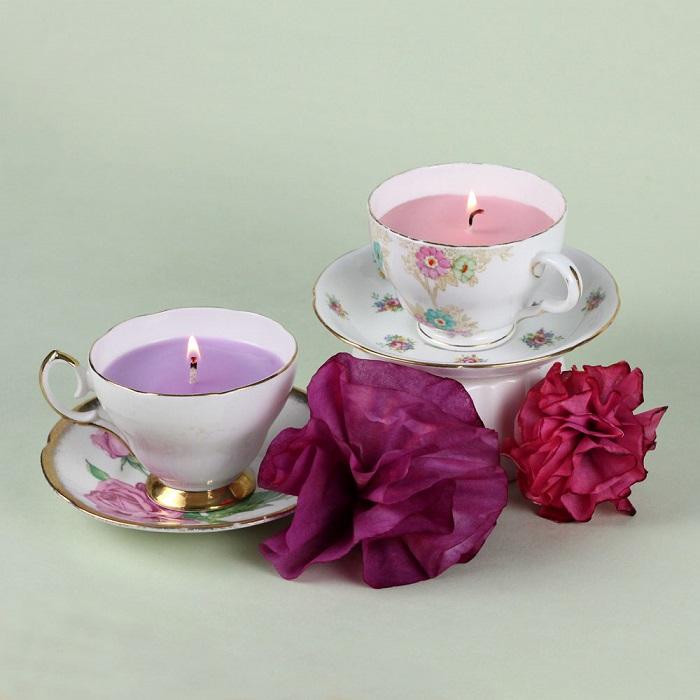 Trasformare le tazze di caffè come portacandele fai da te, decorazione con fiori finti di diverso colore