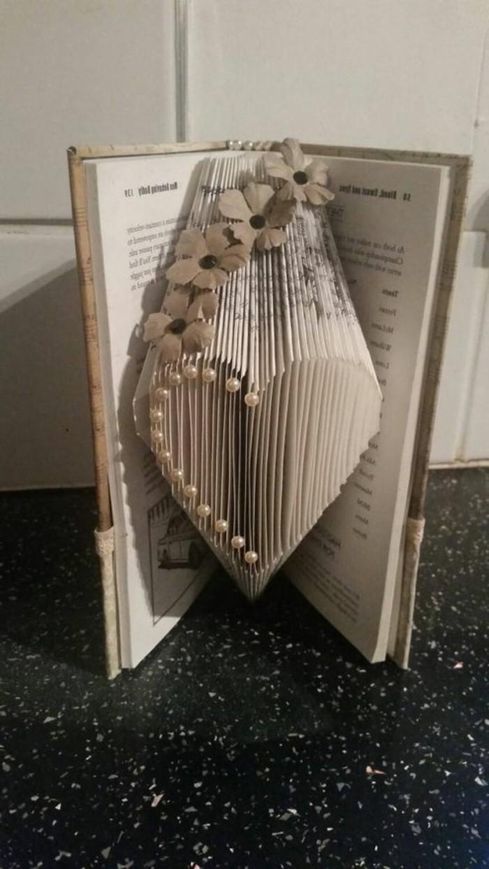 libri-origami-forma-cuore-piegare-pagine-modo-creativo-originale
