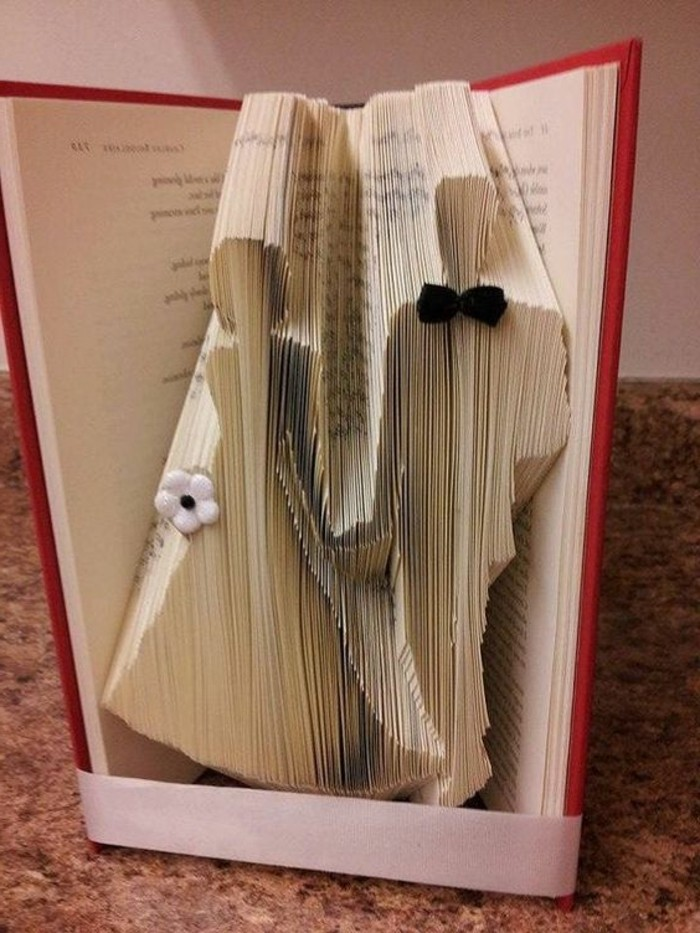libri-piegati-due-graziosi-sposini-realizzati-piegando-pagine-due-decorazioni