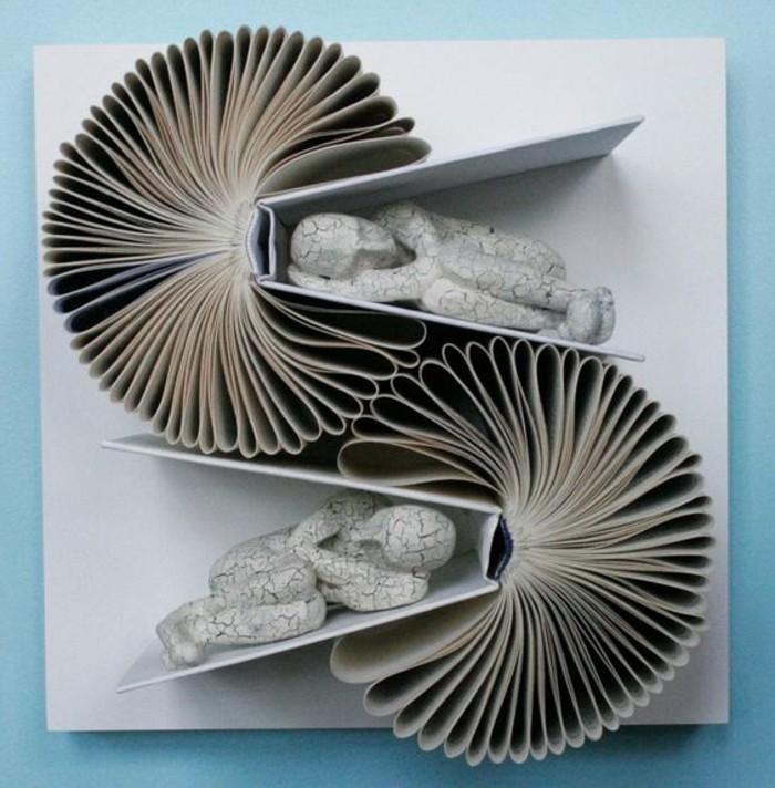 libri-piegati-idea-originale-creare-oggetti-decorativi-casa-uomini-accovacciati
