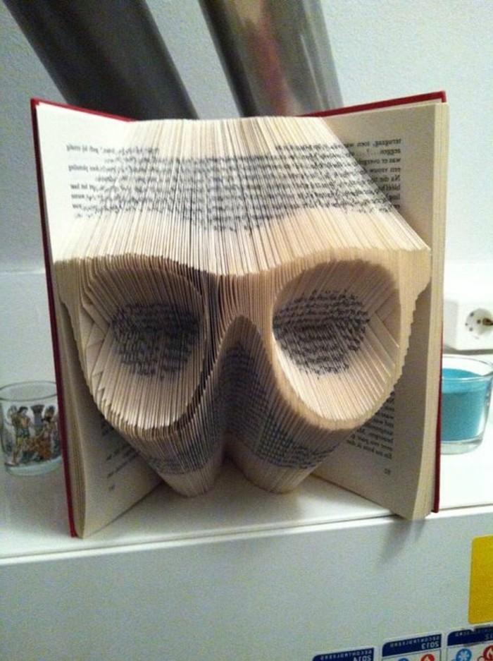 libri-piegati-paio-occhiali-creato-piegando-pagine-vecchio-libro