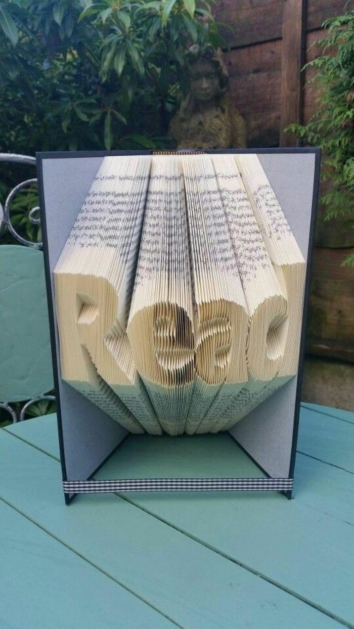 libri-piegati-scritta-read-come-scultura-realizato-nuova-divertente-tecnica