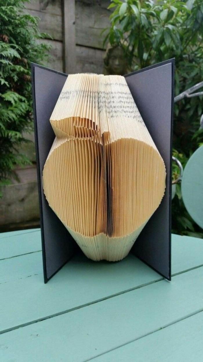 libro-origami-grande-mela-creata-modo-originale-piegando-pagine-libro