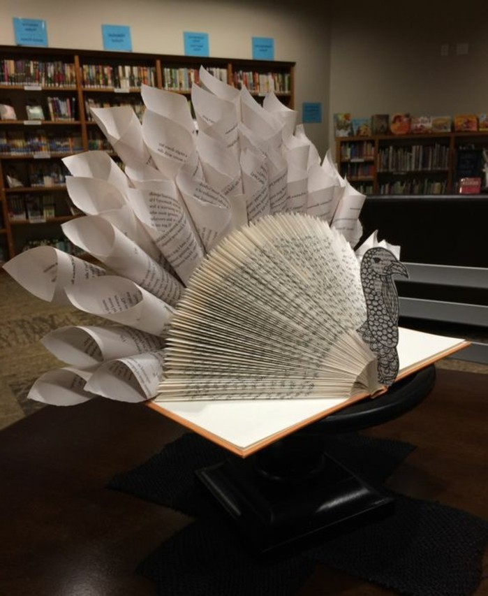 libro-origami-scultura-forma-pavone-realizzata-piegando-arrotolando-pagine-libro