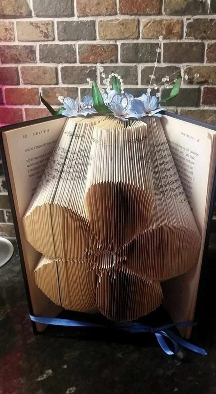 libro-origami-un-fiore-decorazione-centro-realizzata-modo-originale-piegando-pagine-libro