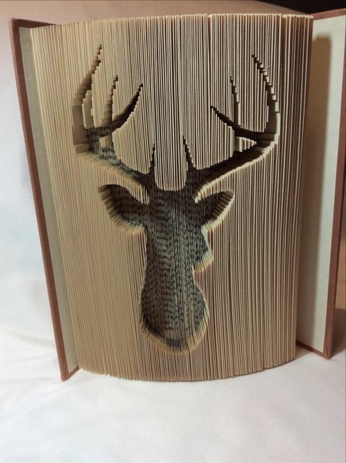 libro-piegato-cervo-grandi-corna-realizzato-modo-originale-tecnica-piegare-pagine-vecchio-libro