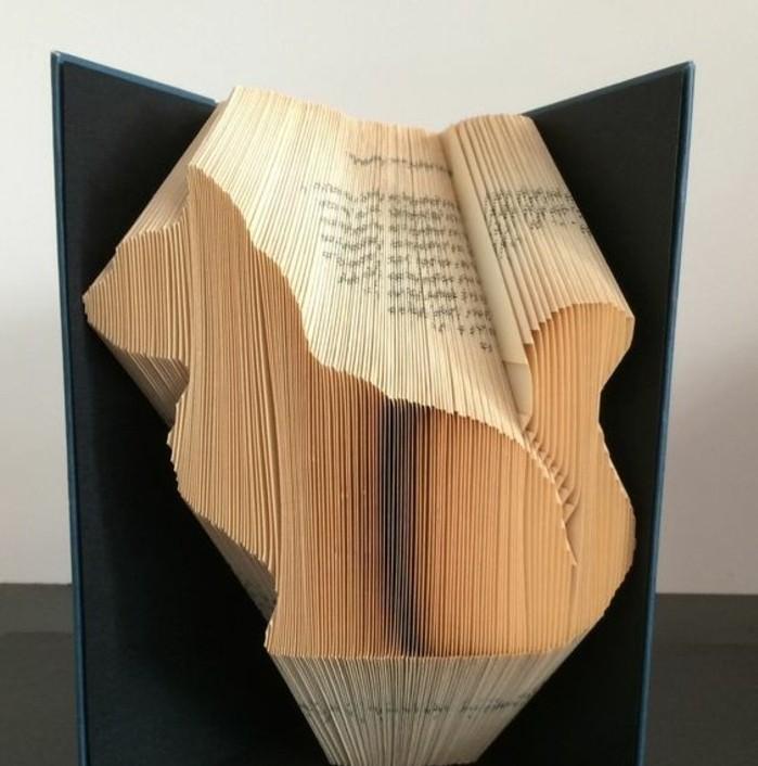 libro-piegato-profilo-gatto-realizzato-piegando-pagine-vecchio-libri-modo-originale