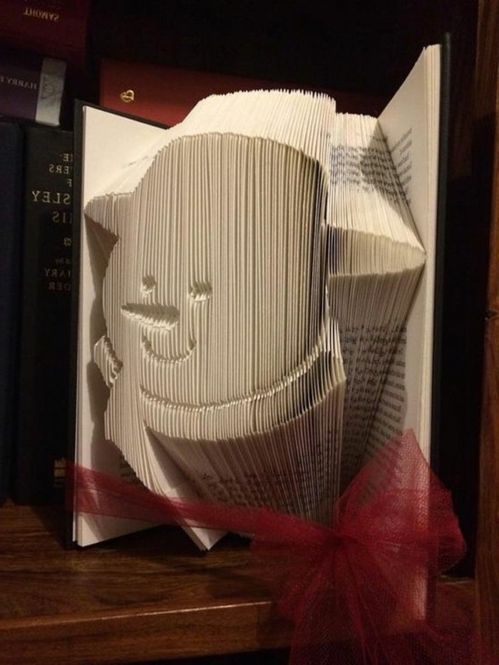 libro-piegato-scultura-forma-pupazzo-neve-occhi-naso-bocca-decorato-fiocco-rosso
