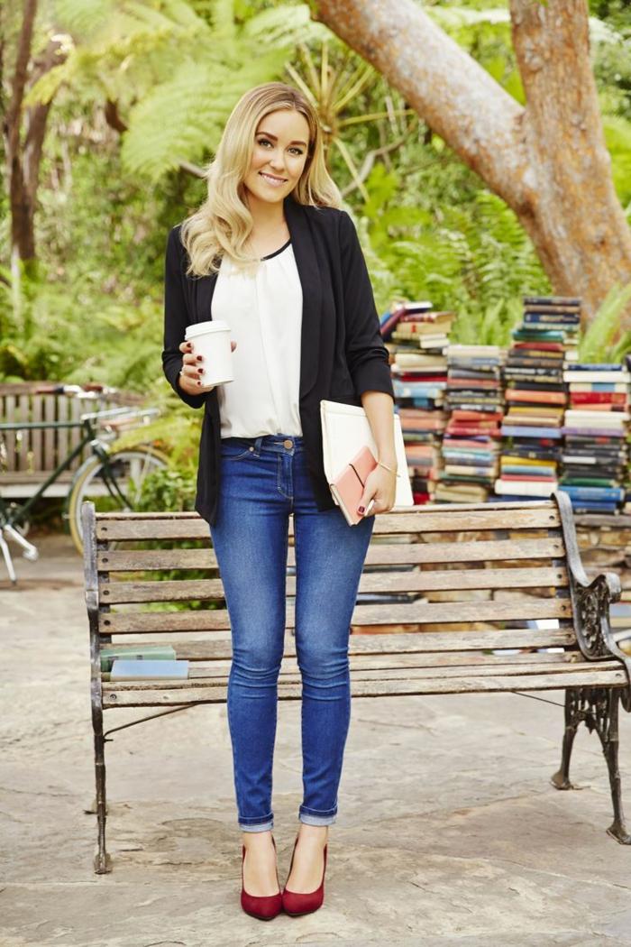 look-casual-ragazza-giovane-università-jeans-camicetta-blazer-nero-tacchi-media-altezza-bordeaux